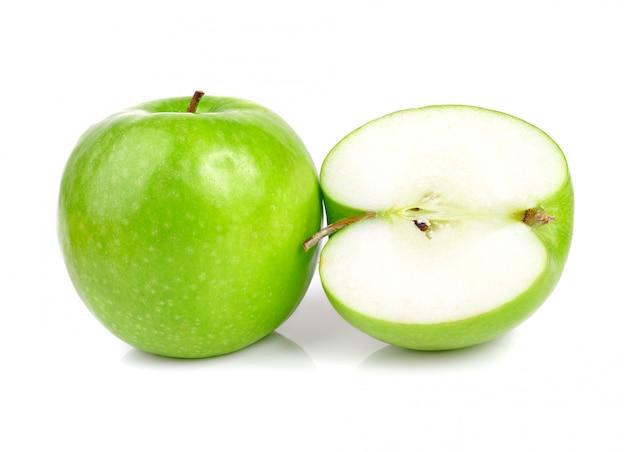 Fruits de pomme verte isolés sur blanc