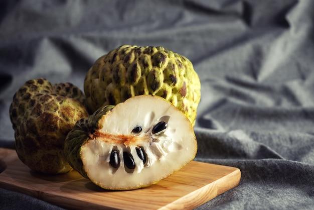 Fruits pommes à la crème bio sur plaque de bois