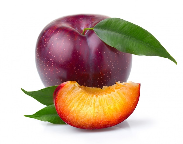 Fruits de prune pourpre mûrs avec des feuilles vertes isolées