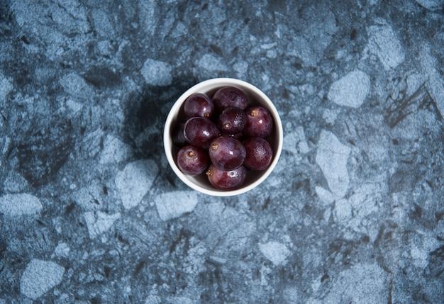 Fruits de raisin frais sur une table en marbre. flat lay.