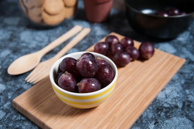 Fruits de raisin frais sur une table en marbre.