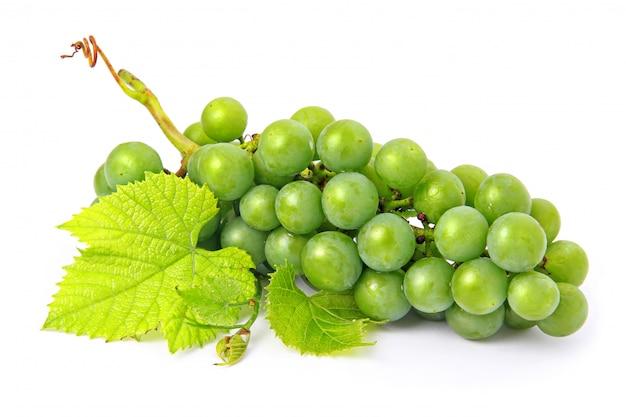 Fruits raisins frais avec des feuilles vertes isolées