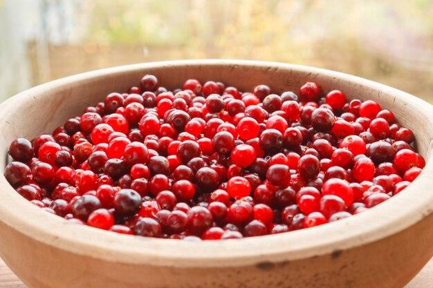 Fruits rouges dans un bol en bois. baies mûres