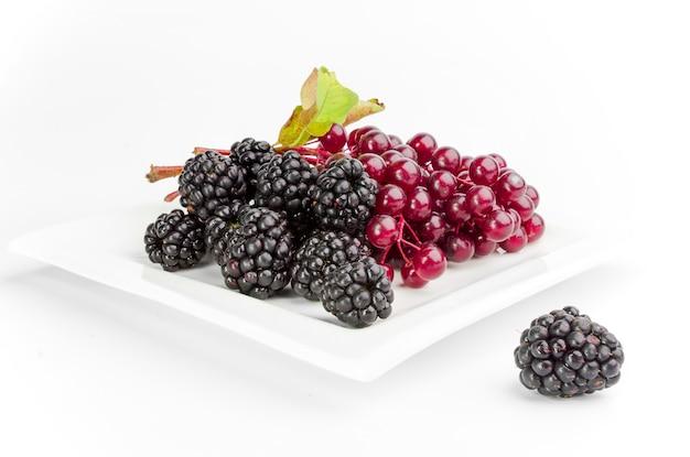 Fruits rouges isolés sur blanc.