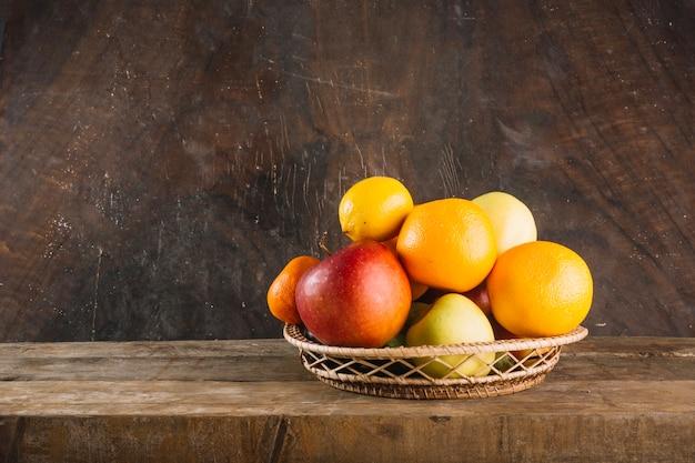 Fruits sains dans un bol tressé