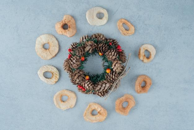 Fruits sains secs avec guirlande de noël de pommes de pin. photo de haute qualité