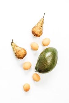Fruits de saison mis sur une surface blanche
