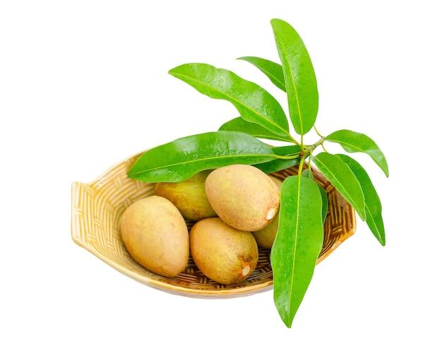 Fruits de sapodille avec feuilles isolées