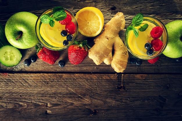 Des fruits savoureux savoureux pour faire des boissons et des smoothies de désintoxication santé. contexte rustique en bois. vue de dessus. espace de copie.
