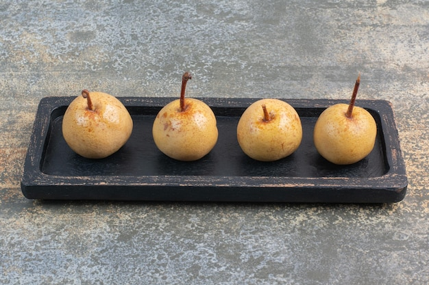 Fruits savoureux sucrés sur tableau noir sur fond de marbre. photo de haute qualité