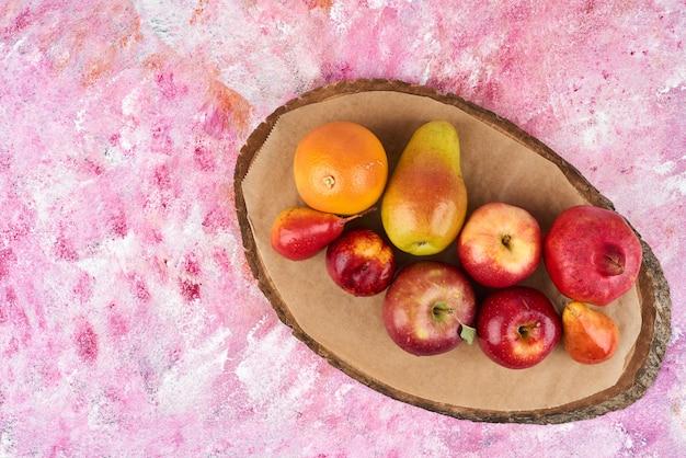 Fruits sur seau en bois.