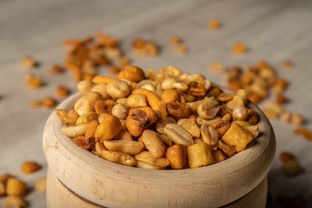 Fruits séchés dans un bol en bois, collation entre les repas