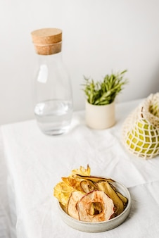 Fruits secs dans une assiette sur un fond clair