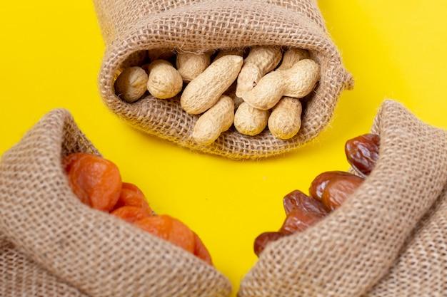 Fruits secs dans des sacs en toile, petit-déjeuner vegan ramadan.