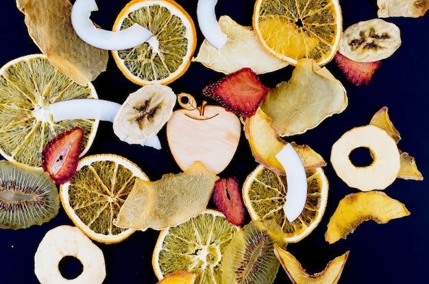 Fruits secs éparpillés sur fond noir