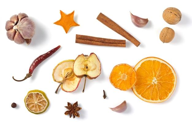 Fruits secs et épices isolés sur fond blanc