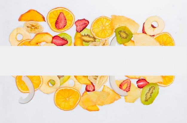 Fruits secs sur fond blanc
