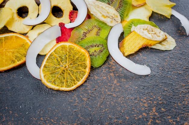 Fruits secs sur fond sombre