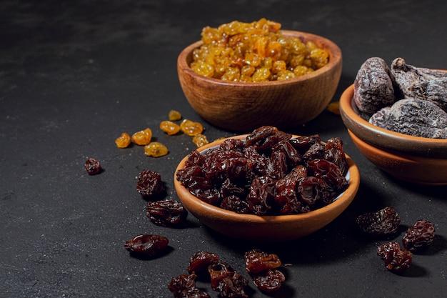 Fruits secs et noix dans des bols