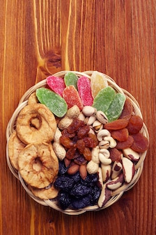 Fruits secs et noix sur table en bois. vue de dessus