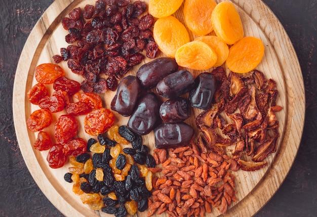 Fruits secs sur une planche de bois