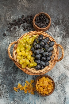 Fruits secs les raisins appétissants à côté des bols de fruits secs