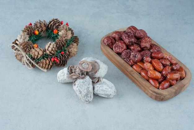 Fruits secs et sains avec guirlande de noël. photo de haute qualité