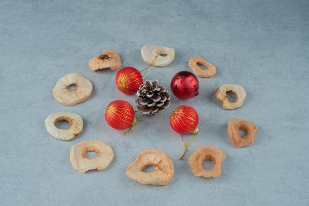 Fruits secs et sains avec pommes de pin et boules de noël. photo de haute qualité