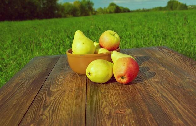 Fruits sur une table en bois de style ferme en plein air