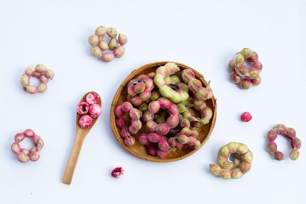 Fruits de tamarin de manille isolé sur fond blanc