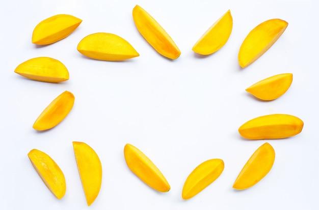 Fruits tropicaux, cadre en mangue sur blanc isolé. copier l'espace