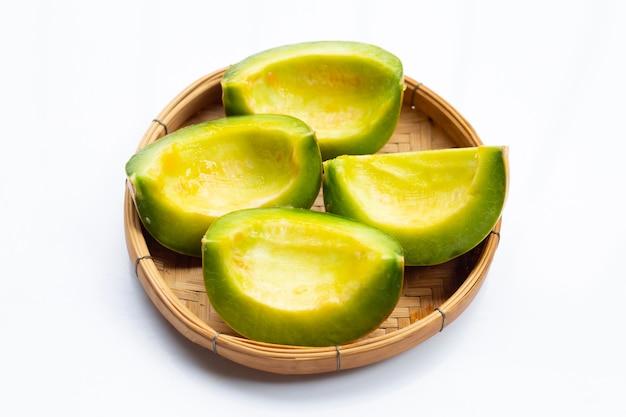 Fruits tropicaux, cantaloup thaïlandais ou melon musqué tranchés dans un panier en bambou sur blanc