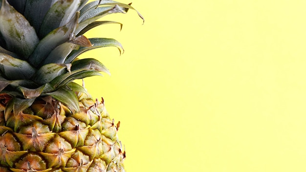 Fruits tropicaux exotiques sur fond jaune. l'ananas frais est riche en vitamines.