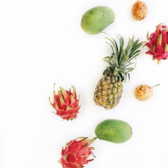 Fruits tropicaux exotiques: mangue, ananas, fruit de la passion et fruit du dragon