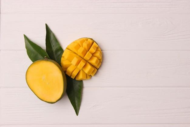 Fruits tropicaux frais de mangue sur la vue de dessus de fond en bois