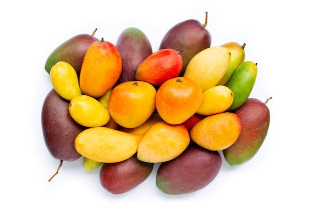 Fruits tropicaux, mangue sur blanc isolé. vue de dessus