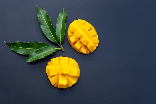 Fruits tropicaux, mangue sur bleu.