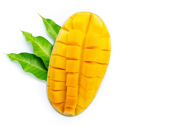 Fruits tropicaux, mangue avec feuilles sur fond blanc.