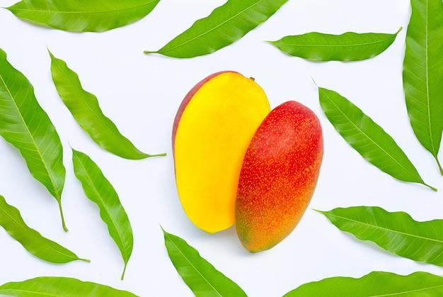 Fruits tropicaux, mangue avec feuilles. vue de dessus