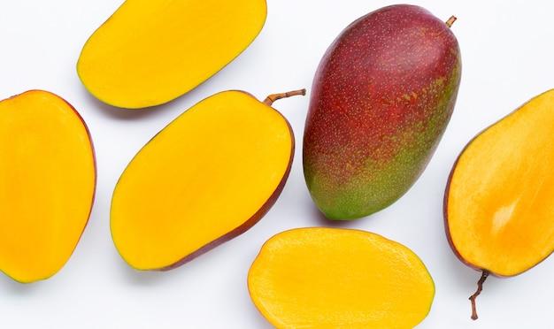 Fruits tropicaux, mangue sur fond blanc.