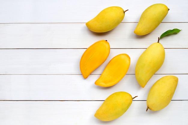 Fruits tropicaux, mangue sur fond de bois blanc.