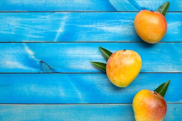 Fruits tropicaux, mangue sur fond en bois bleu. vue de dessus