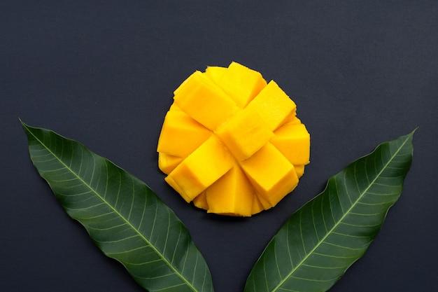 Fruits tropicaux, mangue sur mur sombre