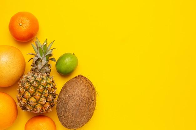 Fruits tropicaux noix de coco, ananas, orange et citron vert