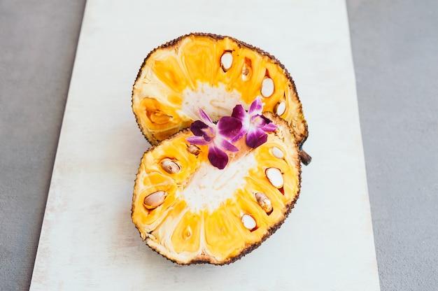 Fruits tropicaux avec des orchidées pourpres.