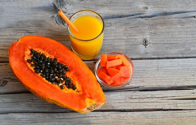 Fruits tropicaux de papaye bio mûres fraîches avec un verre de jus