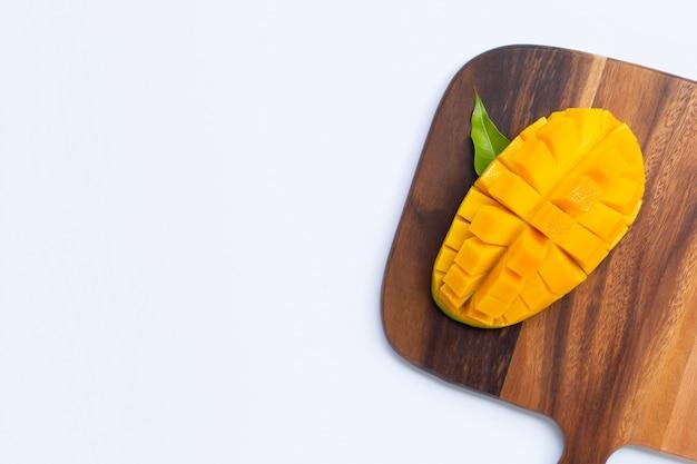 Fruits tropicaux sur une planche à découper sur une surface blanche