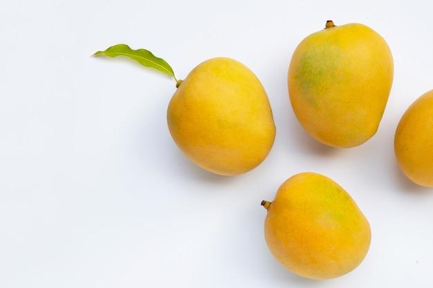 Fruits tropicaux sur surface blanche