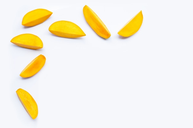 Fruits tropicaux, tranches de mangue sur blanc. copier l'espace