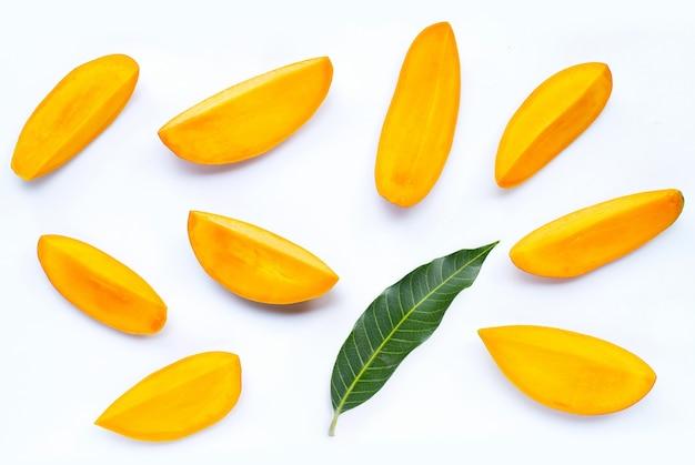 Fruits tropicaux, tranches de mangue sur blanc isolé. vue de dessus